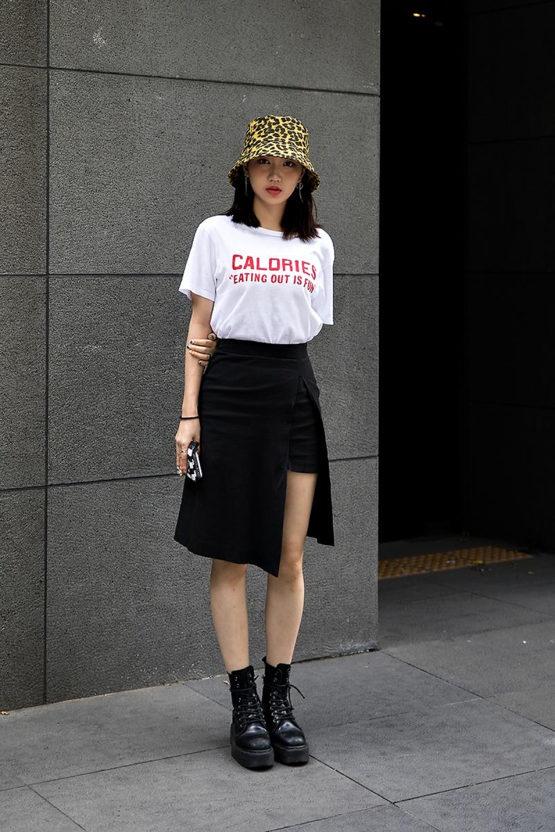 Jung Jisoo, Street Fashion 2017 in Seoul.jpg