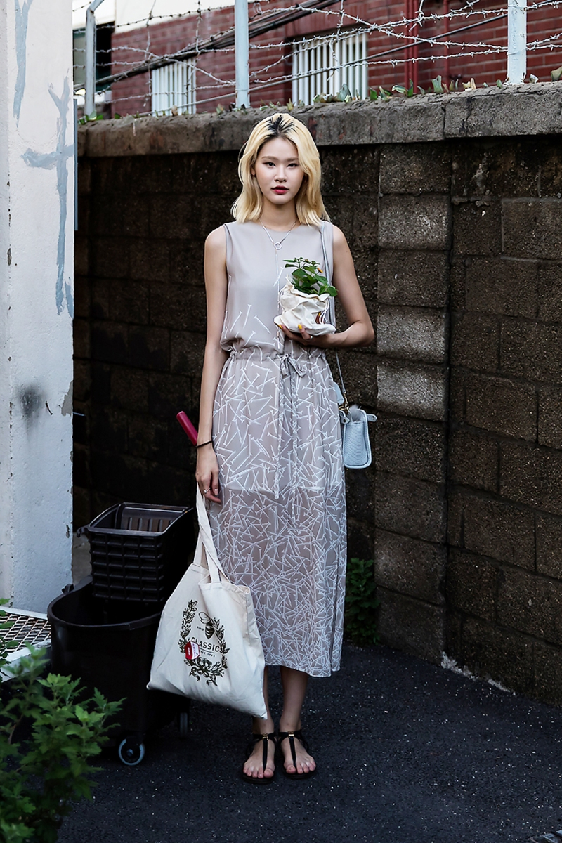 Lee Yujin, Street Fashion 2017 in Seoul.jpg