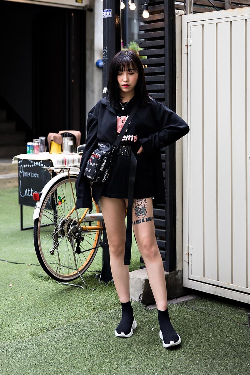 Shin Ji Eun, Street Fashion 2017 in Seoul.jpg